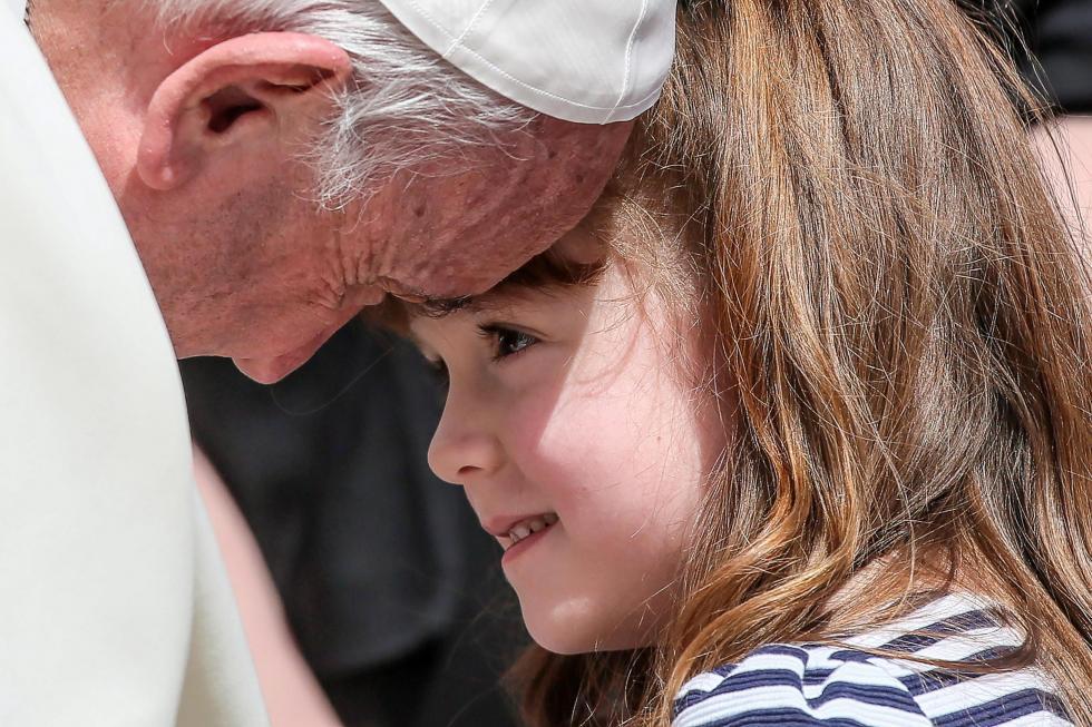Papa Francisco realiza desejo de menina de 6 anos que ficará cega