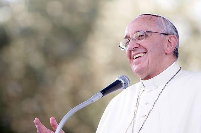 Terço de Joana Vasconcelos ganha luz com a chegada do Papa