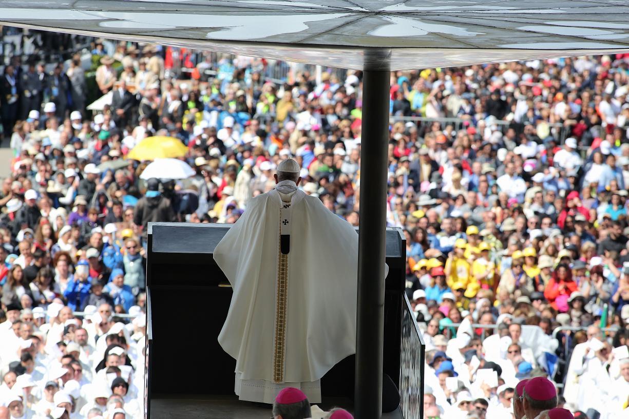 Papa encontra Lucas e leva ao altar pastores de Fátima