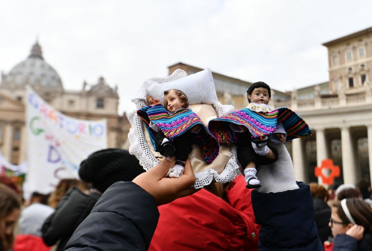 Papa Francisco completa 81 anos e recebe felicitações dos fiéis no Angelus