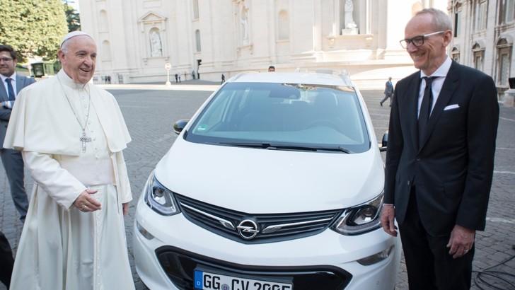 Opel entrega Ampera-e ao Papa