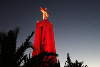 Liberdade Religiosa: Monumentos iluminados de vermelho recordam perseguição aos cristãos