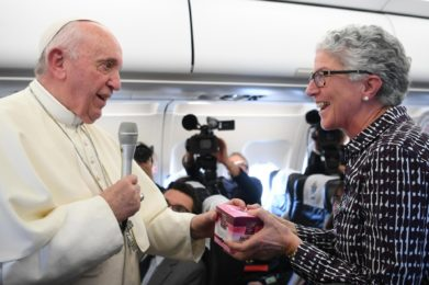 epa07554293 Pope Francis gives a gift to Portuguese journalist Aura Miguel, marking her 100th papal trip, during the return flight from Skopje to Rome, 07 May 2019. The Pope ended his three-days apostolic journey in Bulgaria and Republic of North Macedonia. EPA/MAURIZIO BRAMBATTI / POOL