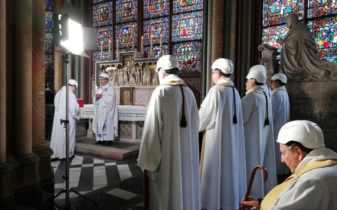 França: Emoção marca primeira Missa após incêndio em Notre-Dame (c/vídeo)