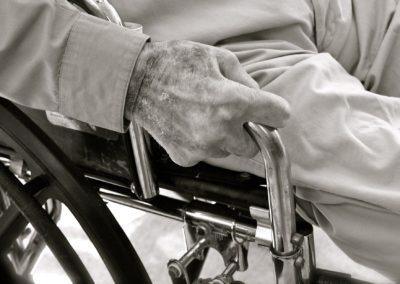 maos_cadeira_rodas_p/b